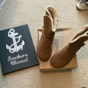 Bjordnal ugg style boots.